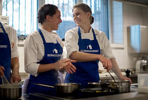 Zum Auftakt der Klimagourmet Woche kochen Schülerinnen und Schüler der Bergiusschule eine vegetarische Hauptmahlzeit, aufgenommen am Donnerstag (22.09.2016) in Frankfurt am Main. Foto: Salome Roessler